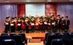 校领导为毕业生们颁法毕业证与学士学位证书