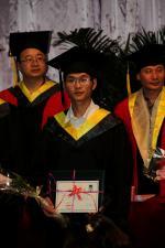 毕业生在主席台领取毕业证