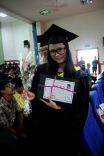毕业生们拿到毕业证后幸福的表情